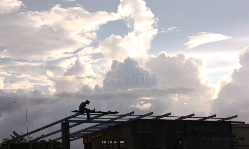 Uomo con il cappello da cowboy sulla costruzione di edifici fotografie stock