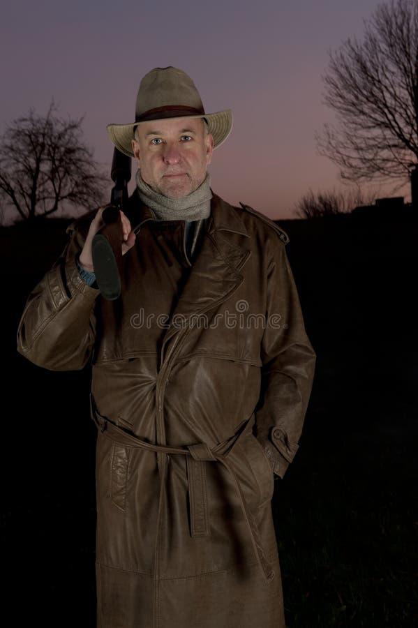 Uomo con il cappello di cowboy e la pistola di tumulto fotografia stock libera da diritti