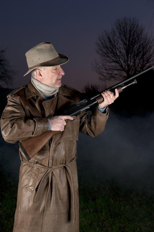 Uomo con il cappello di cowboy e la pistola di tumulto immagini stock libere da diritti