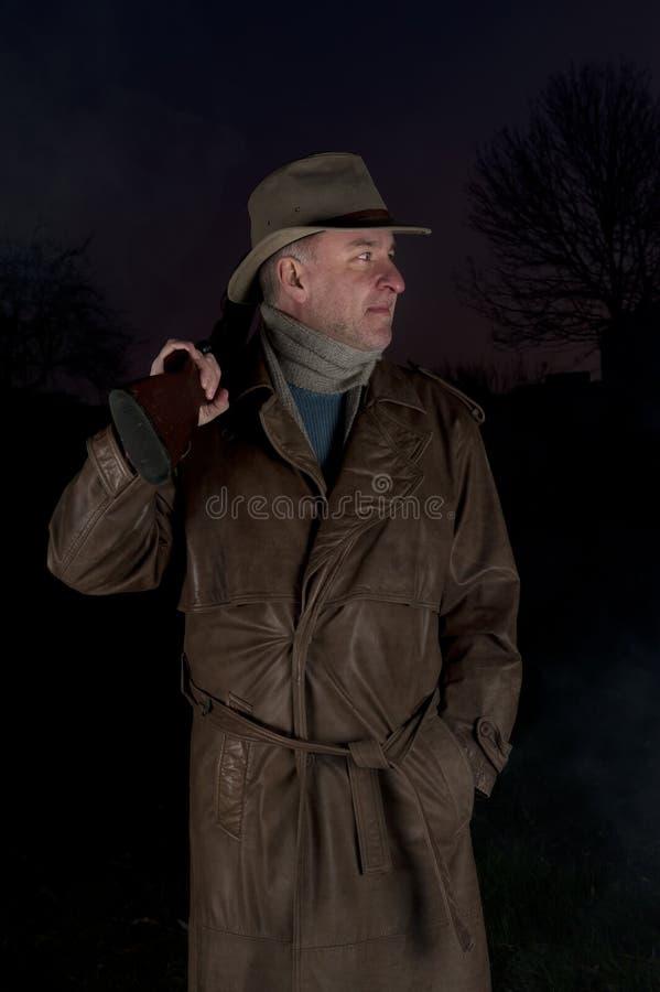 Uomo con il cappello di cowboy e la pistola di tumulto immagine stock