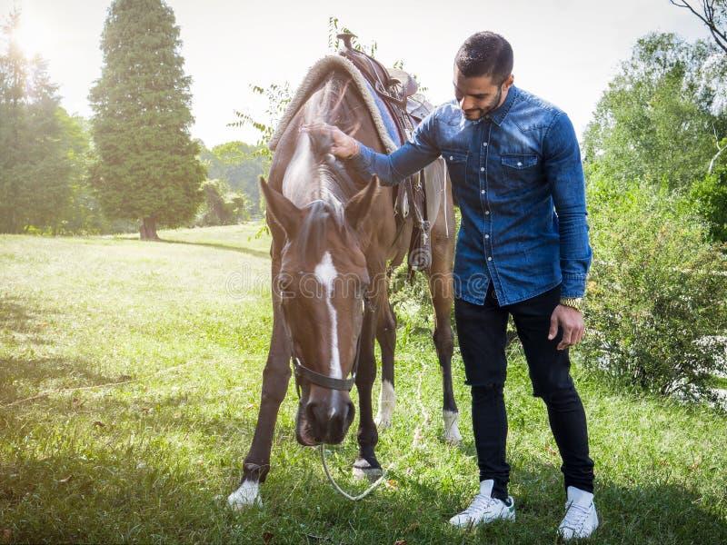 Uomo con il cavallo sulla natura fotografia stock libera da diritti