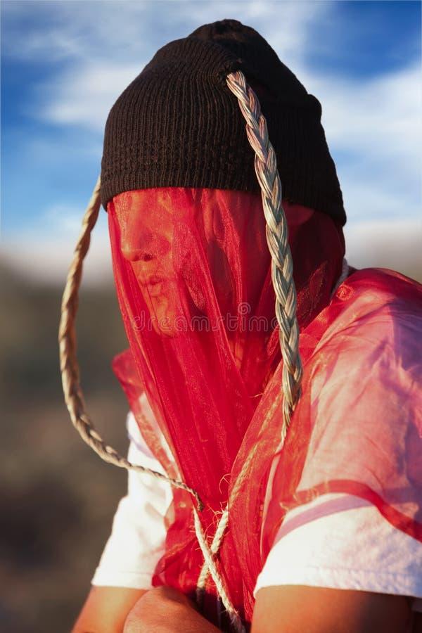 Uomo con il copricapo ed il velare sconosciuti fotografia stock libera da diritti