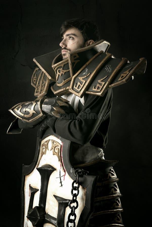 Uomo con il costume del cavaliere immagine stock libera da diritti