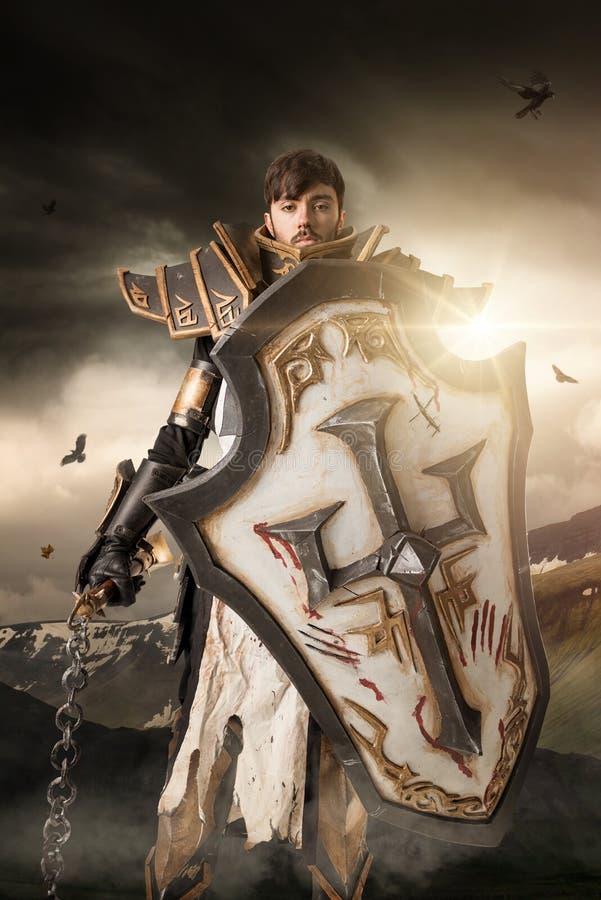 Uomo con il costume del cavaliere fotografie stock libere da diritti