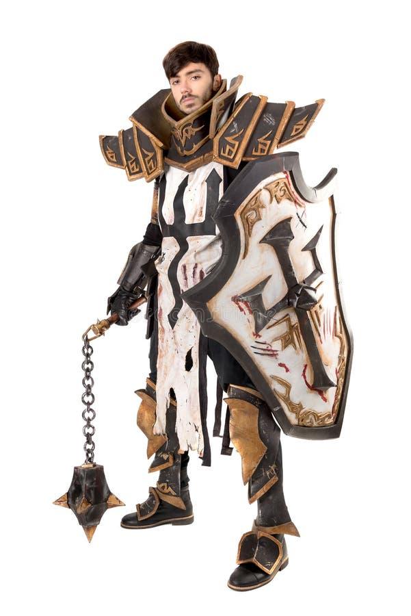 Uomo con il costume del cavaliere fotografia stock libera da diritti