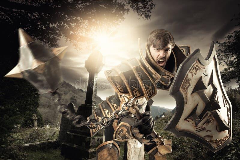 Uomo con il costume del cavaliere immagini stock libere da diritti