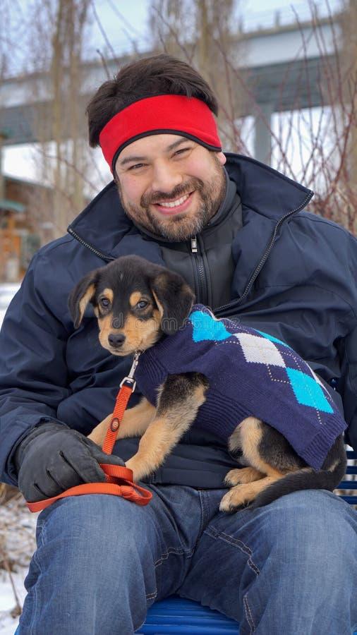 Uomo con il cucciolo fotografia stock