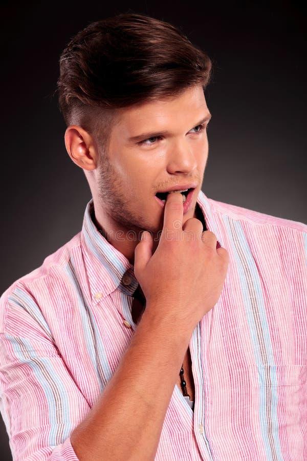 Uomo con il dito nella sua bocca immagini stock libere da diritti