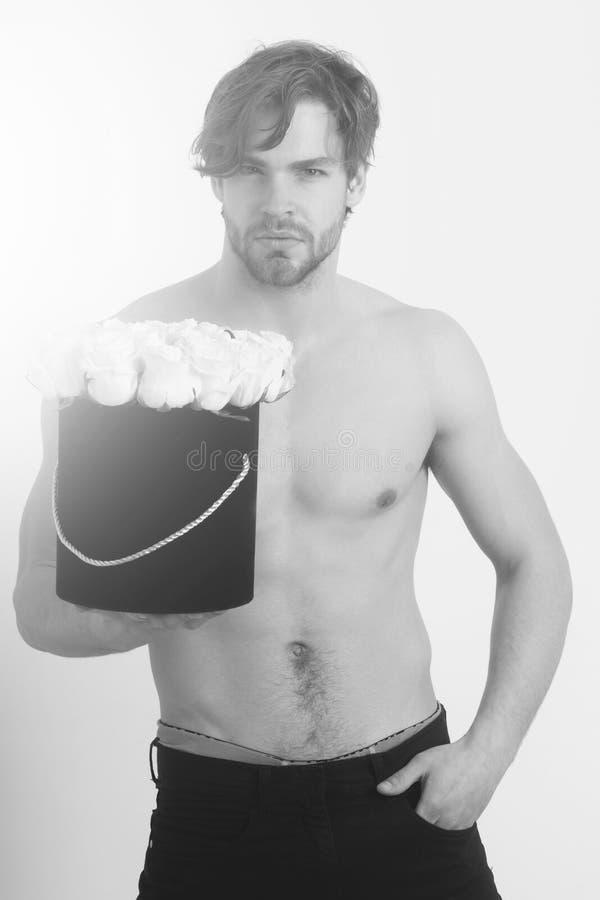 Uomo con il fiore rosa, bellezza e modo, amore e romanzesco immagine stock