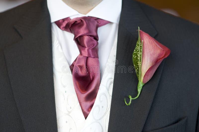 Uomo con il foulard ed il fiore dell'occhiello fotografia stock