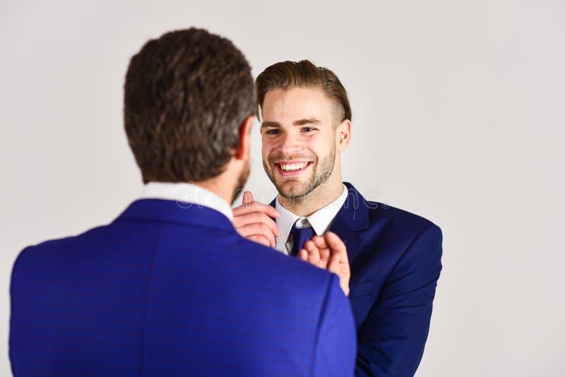 Uomo con il fronte felice in rivestimento che ascolta il suo socio commerciale immagini stock