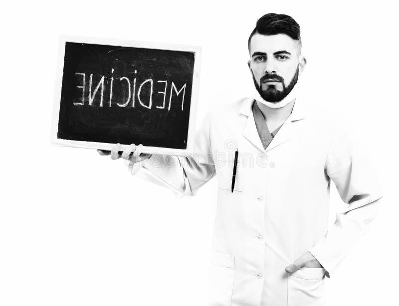 Uomo con il fronte serio in abito medico bianco fotografia stock libera da diritti