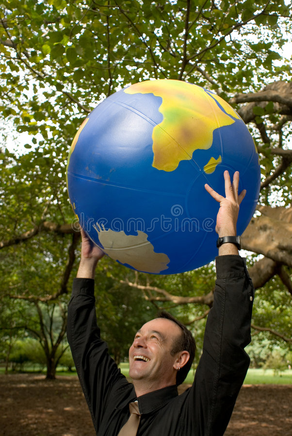 Uomo con il globo fotografia stock libera da diritti
