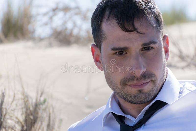 Uomo con il legame e la camicia bianca fotografie stock libere da diritti