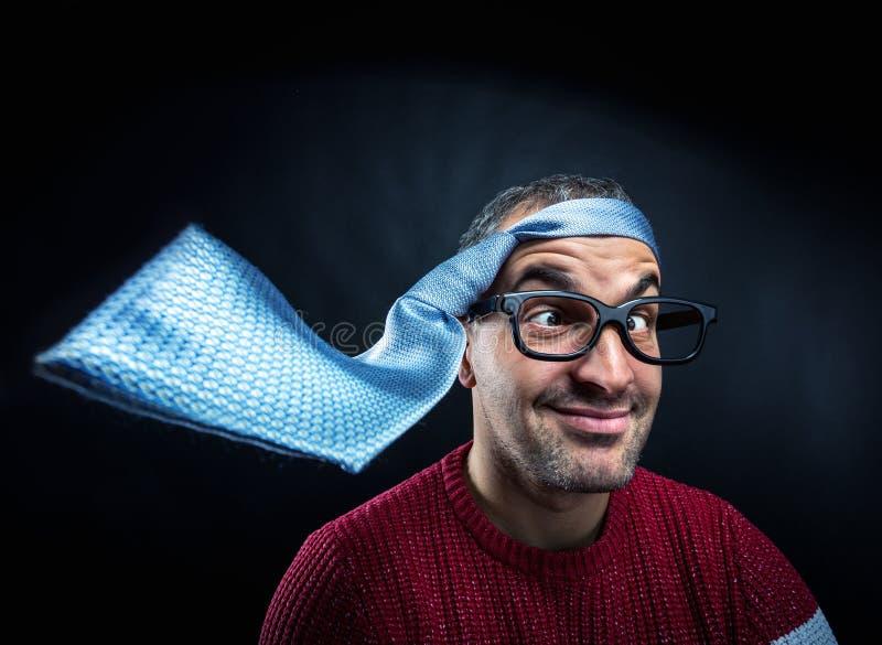 Uomo con il legame sulla sua testa immagine stock