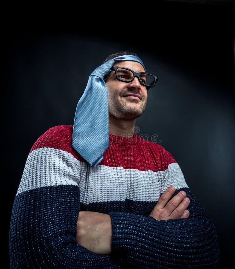 Uomo con il legame sulla sua testa immagini stock
