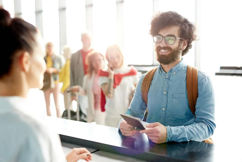 Uomo con il passaporto fotografie stock