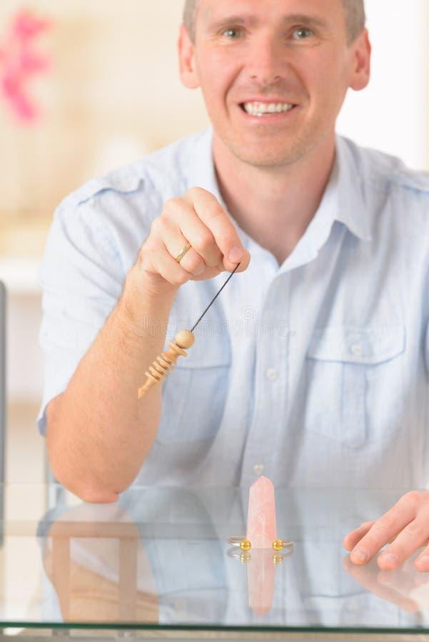 Uomo con il pendolo fotografia stock