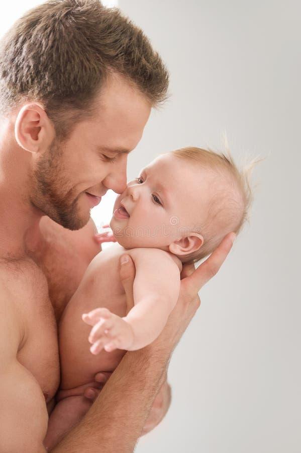 Uomo con il piccolo bambino. fotografia stock libera da diritti