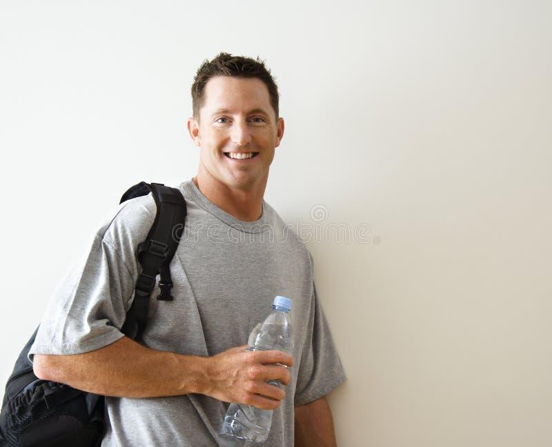 Uomo con il sacchetto di ginnastica immagine stock