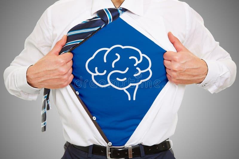 Uomo con il simbolo del cervello sotto la camicia di affari fotografia stock
