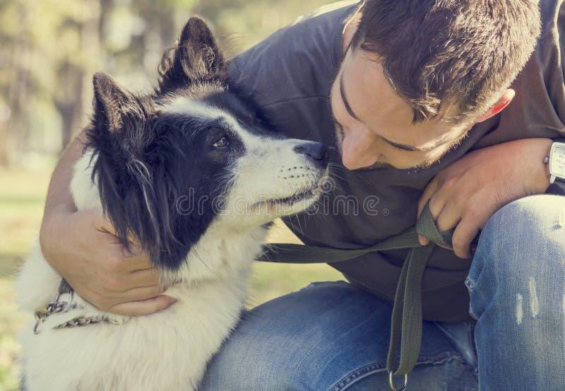 Uomo con il suo cane fotografie stock libere da diritti