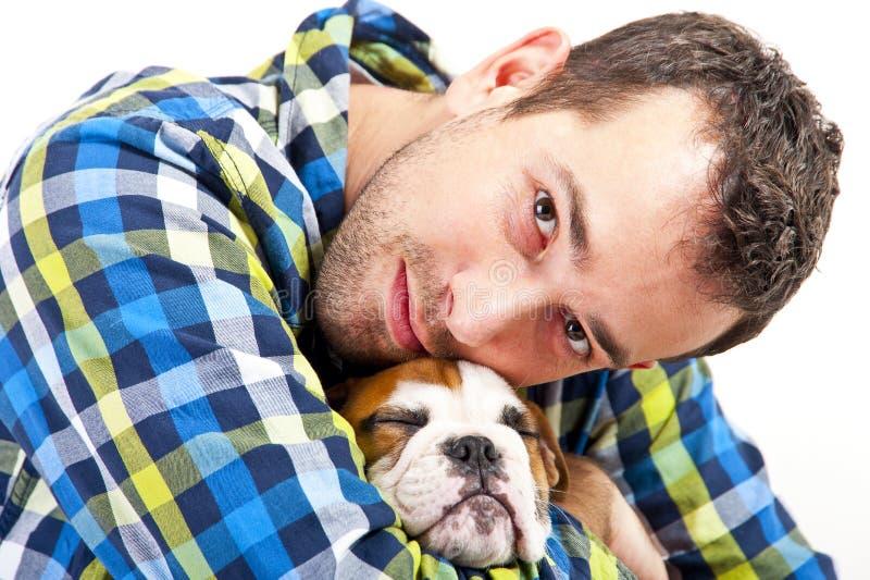 Uomo con il suo cane su fondo bianco fotografia stock libera da diritti