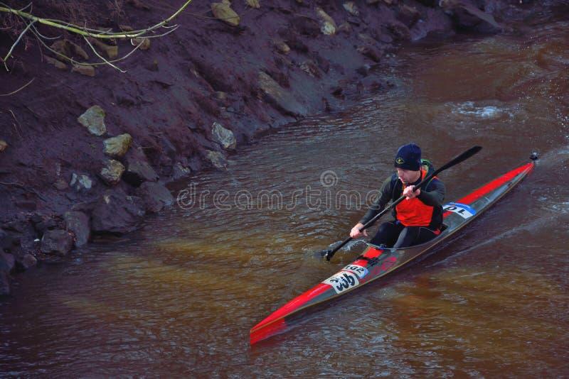 Uomo con il suo kajak su un fiume in Lier fotografia stock libera da diritti