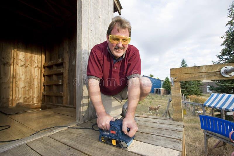 Uomo con l'attrezzo a motore fotografia stock libera da diritti