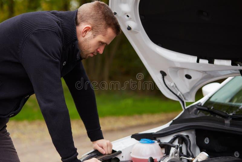 Uomo con l'automobile rotta immagini stock libere da diritti