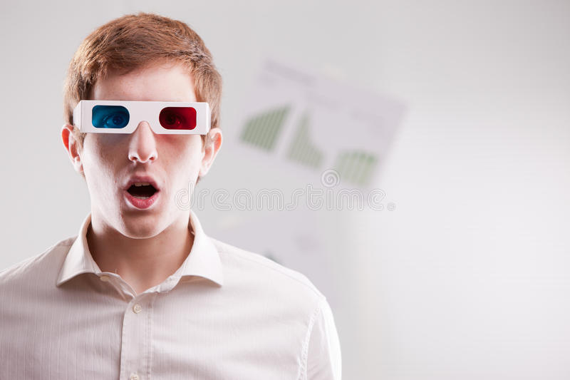 Uomo con l'espressione sgomento che indossa i vetri 3d fotografia stock