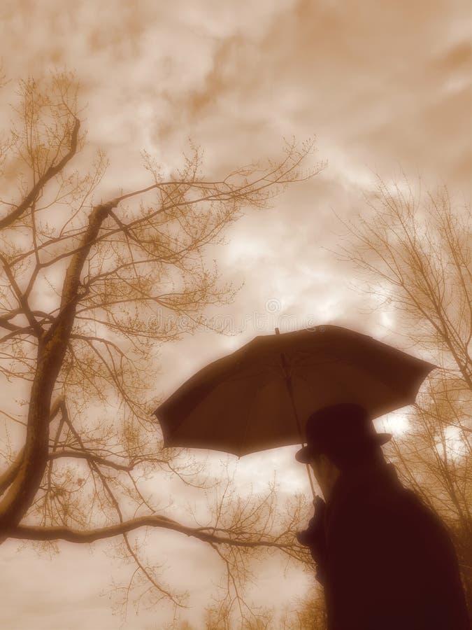 Uomo con l'ombrello. immagini stock