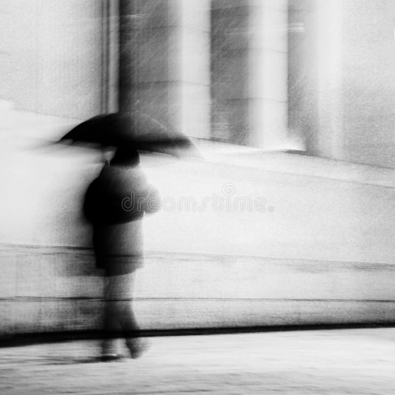 Uomo con l'ombrello immagini stock