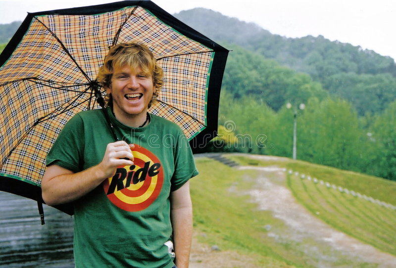 Uomo con l'ombrello fotografia stock