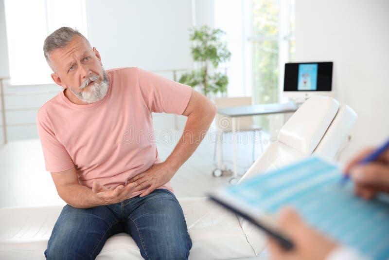 Uomo con l'urologo di visita di problema sanitario immagine stock