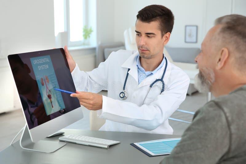Uomo con l'urologo di visita di problema sanitario fotografia stock libera da diritti