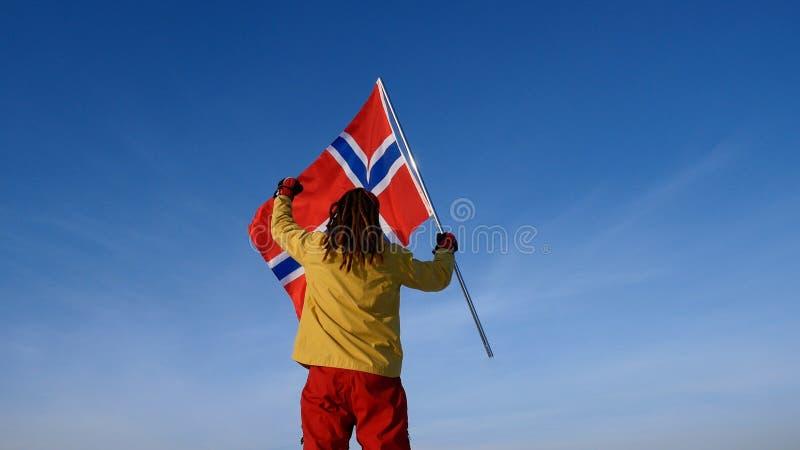 Uomo con la bandiera della Norvegia sul punto superiore Riuscito concetto del winer fotografia stock libera da diritti