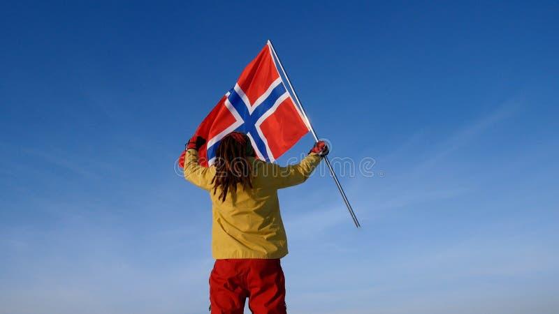 Uomo con la bandiera della Norvegia sul punto superiore Riuscito concetto del winer fotografie stock libere da diritti