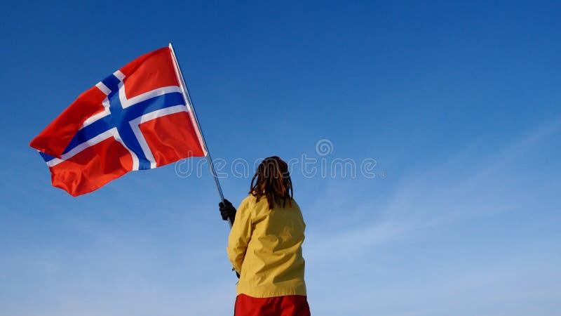 Uomo con la bandiera della Norvegia sul punto superiore Riuscito concetto del winer fotografie stock