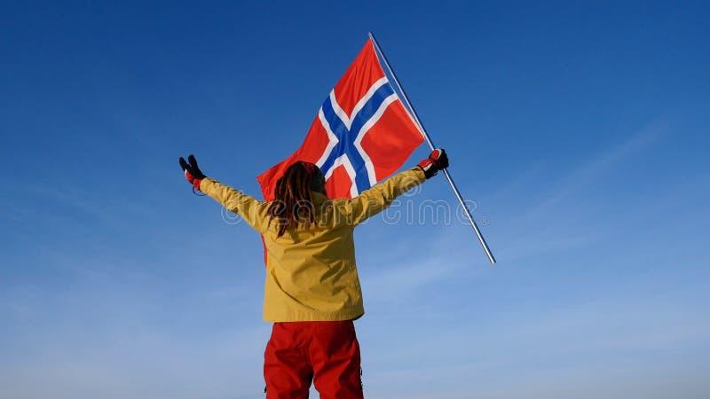 Uomo con la bandiera della Norvegia sul punto superiore Riuscito concetto del winer immagini stock