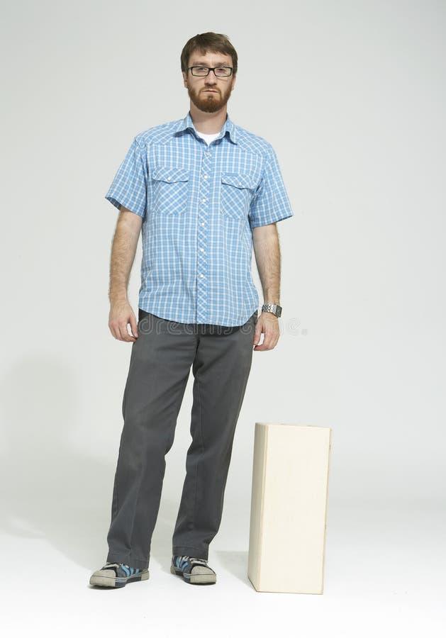 Uomo con la barba che si leva in piedi nello studio 01 immagine stock