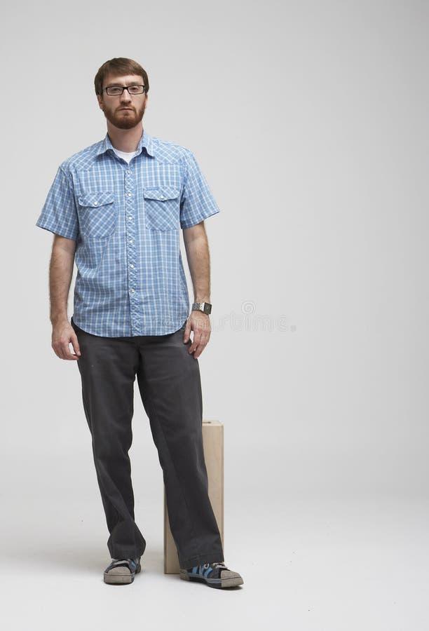Uomo con la barba che si leva in piedi nello studio 02 fotografie stock