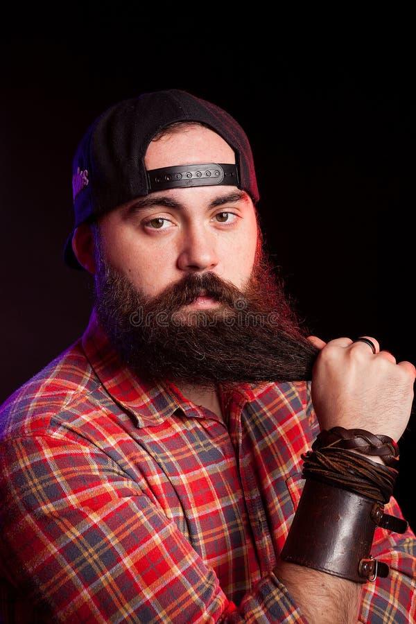 Uomo con la barba lunga che porta un cappello fotografie stock libere da diritti