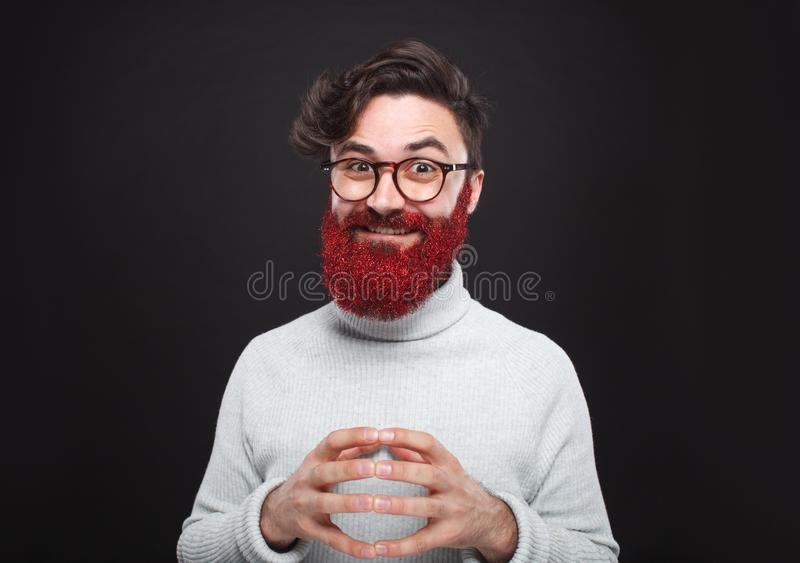 Uomo con la barba lunga piena degli scintilli rossi variopinti fotografia stock