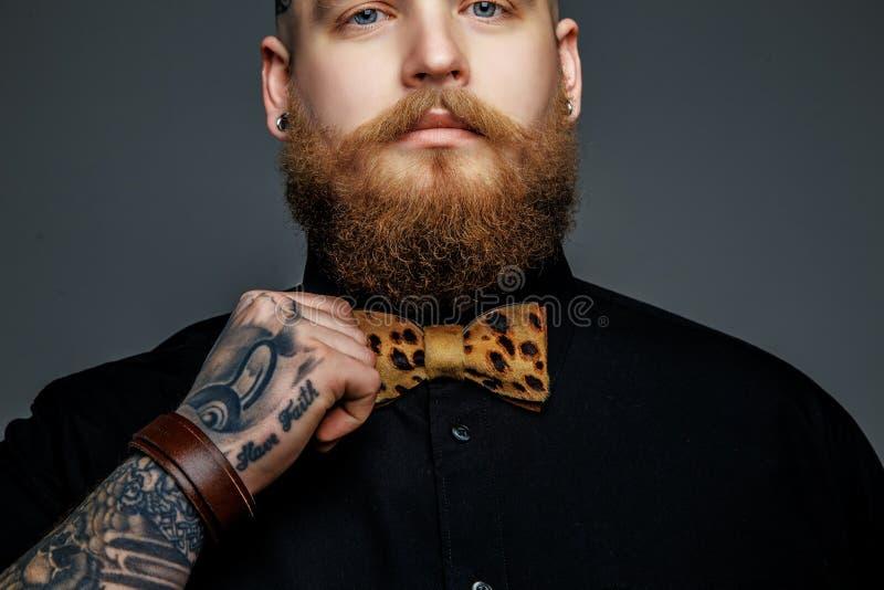 Uomo con la barba in maglietta nera fotografie stock