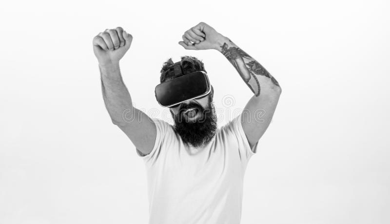 Uomo con la barba in vetri di VR che ballano, fondo bianco concetto dell'aggeggio del vr Pantaloni a vita bassa sull'esplorazione fotografia stock libera da diritti