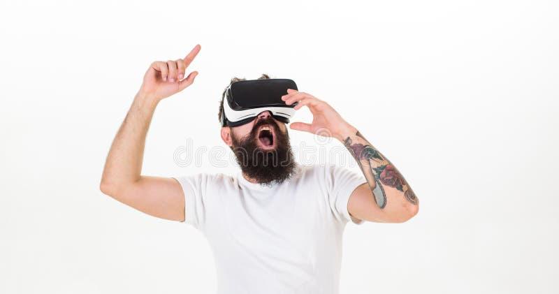 Uomo con la barba in vetri di VR che ballano, fondo bianco Concetto virtuale del partito Pantaloni a vita bassa sul fronte gridan fotografie stock