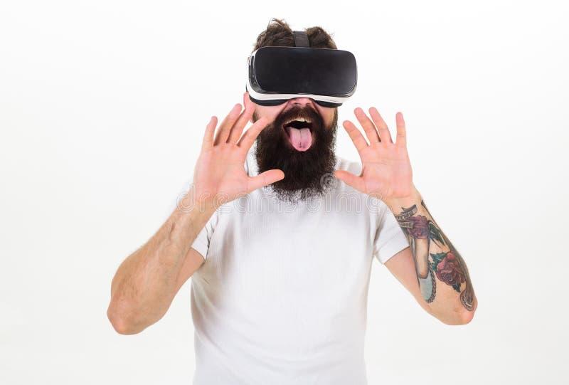 Uomo con la barba in vetri di VR, fondo bianco Concetto del sesso virtuale Tipo con esposizione montata capa facendo sesso in vir fotografie stock