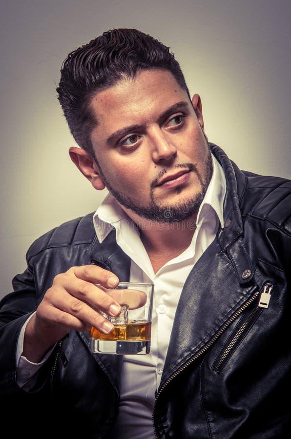 Uomo con la bevanda immagine stock