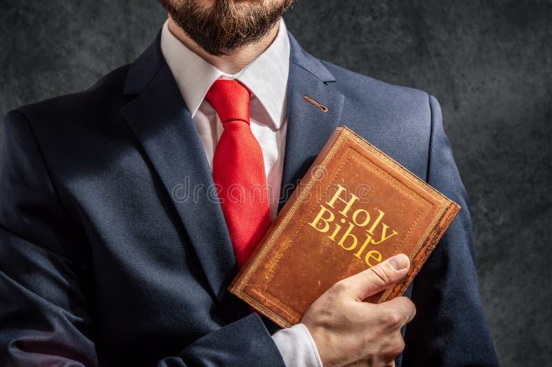 Uomo con la bibbia santa immagine stock